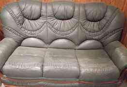 Трехместный кожаный диван-кровать + 2 кресла