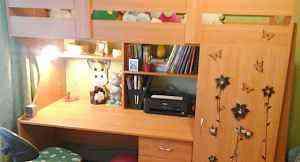 Кровать чердак со столом и шкафом