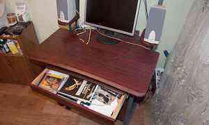 Компьютерный стол и монитор (комплект)