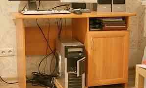 Компьютерный стол, к нему книжная полка