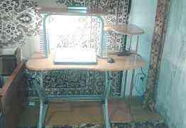 Удобный компьютерный стол с подсветкой