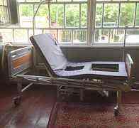 Медицинская кровать с подъемным механизмом