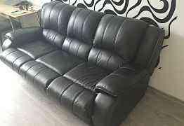Солидный кожаный диван