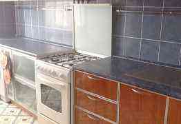 Кухня с плитой, мойкой, свч