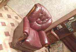 Кресло темно- вишневое, отделка деревом новое