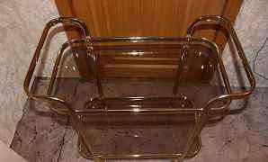 Стеклянный столик на колёсах