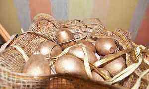 Корзина плетеная с золотыми яйцами/пасхальные